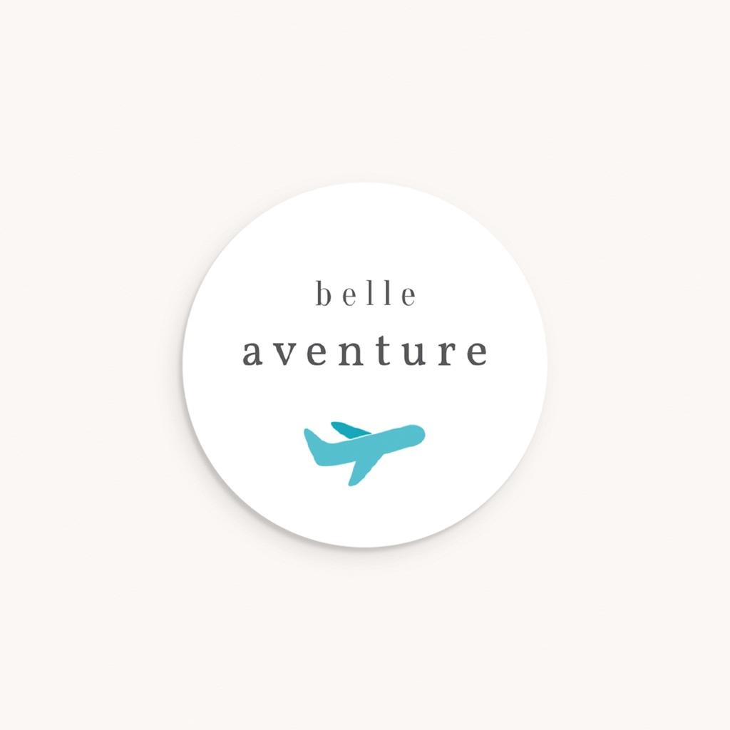 Sticker Enveloppe Naissance Billet d'avion bleu, 4, 5 cm