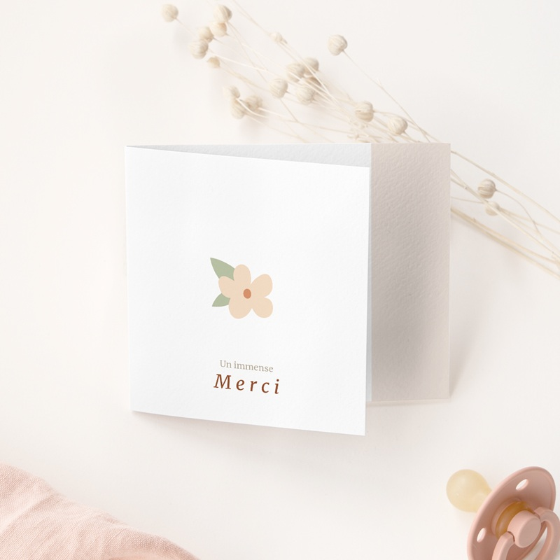 Carte de Remerciement Naissance Suspension Fleurs, pli decalé gratuit